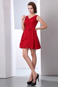 Wine Red V-neck Ruches Chiffon Quince Dama Dresses of Mini Length