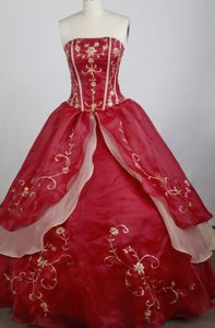 Red Dresses for Quinceaneras with Gold Boning Details and Applique